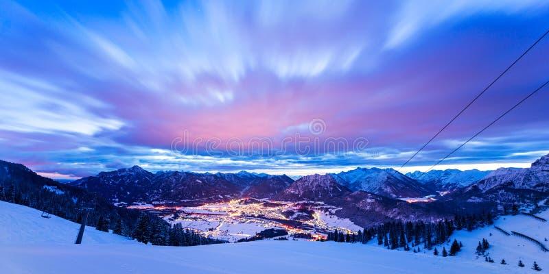 Dynamiska moln över dalen på vintern arkivfoto