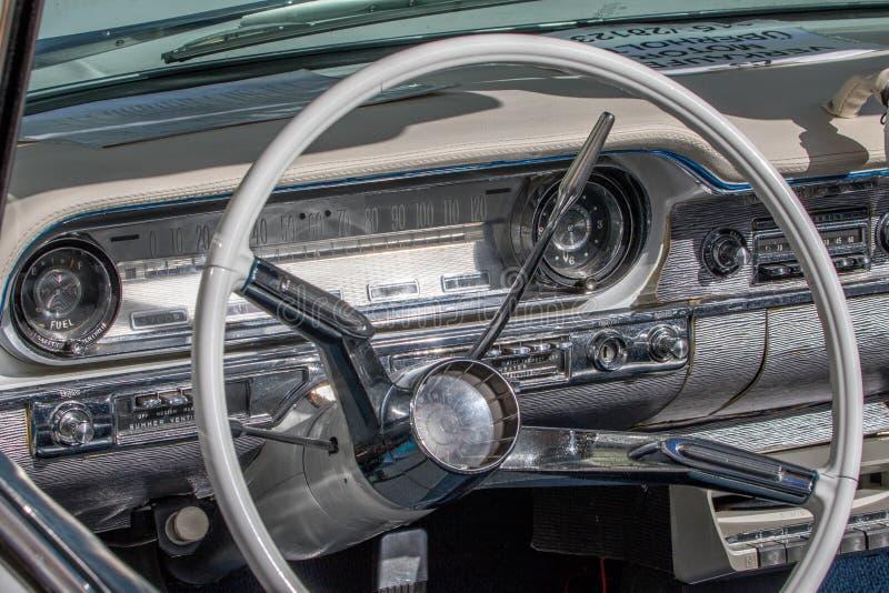 Dynamiska Oldsmobile - klassisk sportig cabriolet av 60-tal arkivbilder