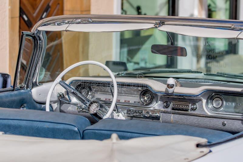 Dynamiska Oldsmobile - klassisk sportig cabriolet av 60-tal fotografering för bildbyråer