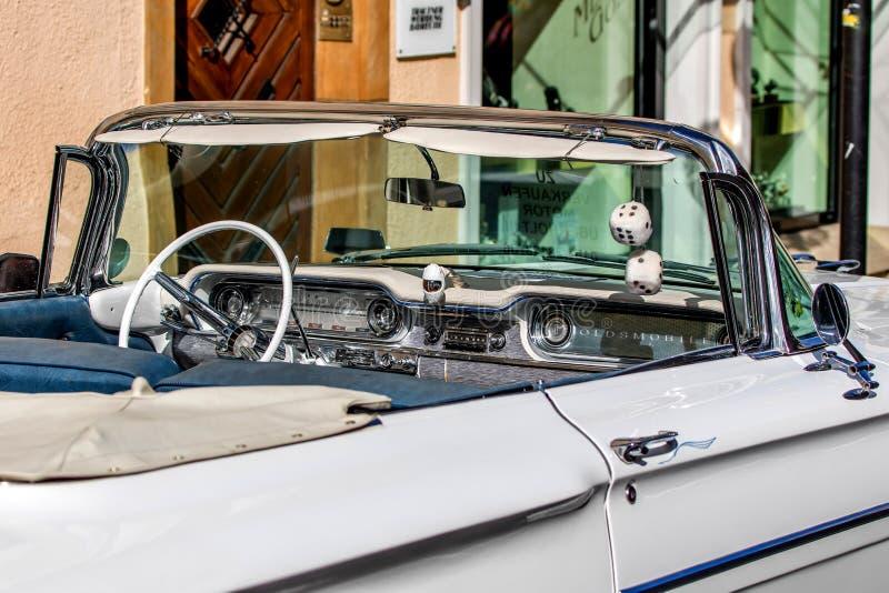 Dynamiska Oldsmobile - klassisk sportig cabriolet av 60-tal arkivfoto