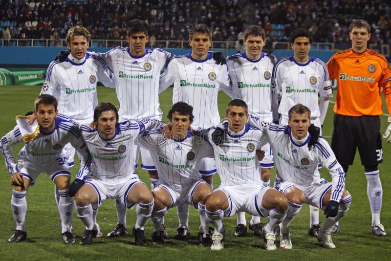 Dynamo Kiev-Teamhaltung für ein Gruppenfoto lizenzfreies stockfoto
