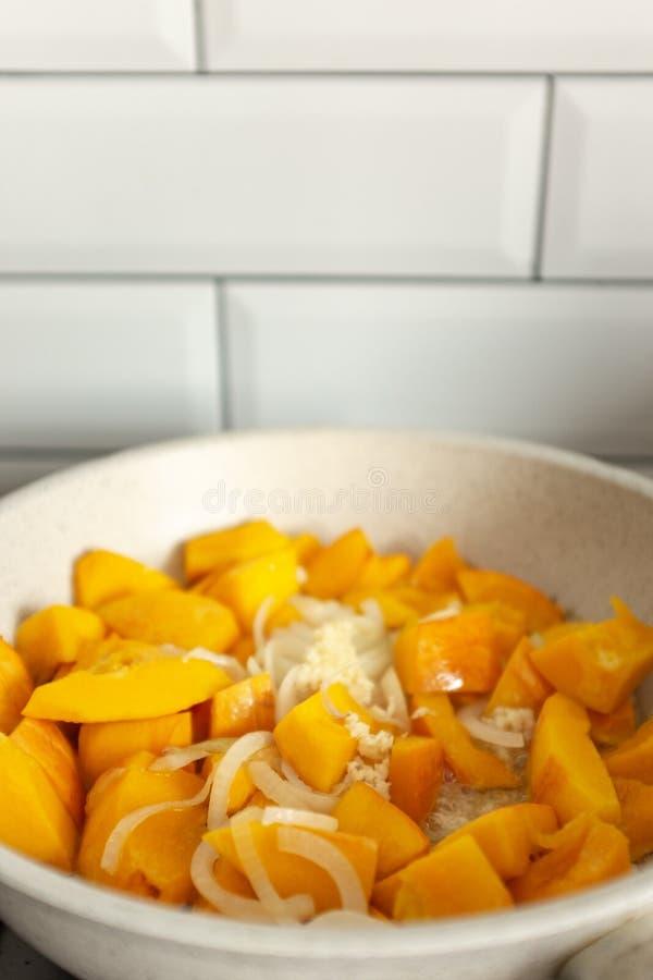 Dynia z cebulą jest gotowana w patelni zdjęcie stock