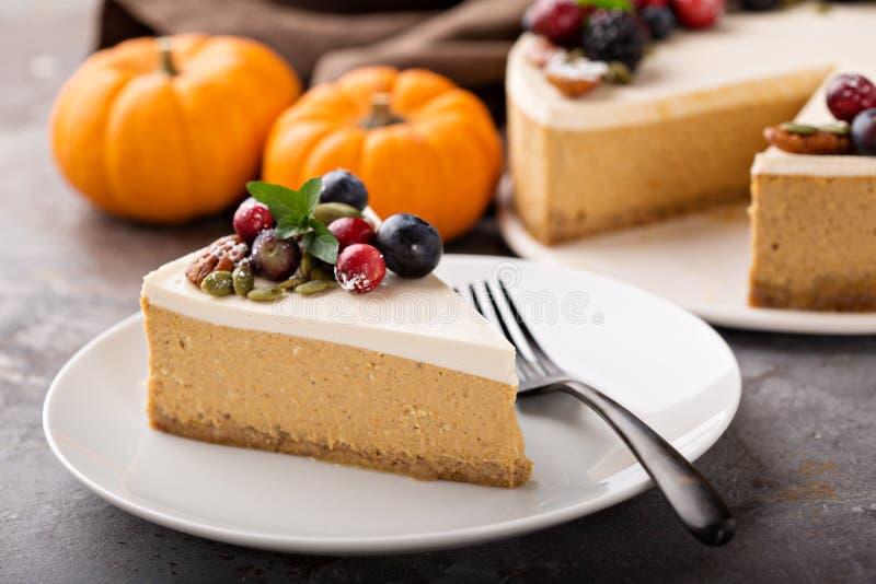 Dyniowy cheesecake z kwaśnej śmietanki polewą zdjęcia royalty free