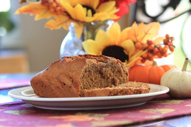 Dyniowy chlebowy bochenek na białym talerzu obrazy stock