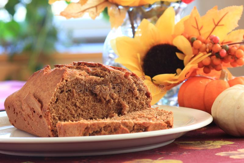 Dyniowy chlebowy bochenek na białym talerzu zdjęcia stock
