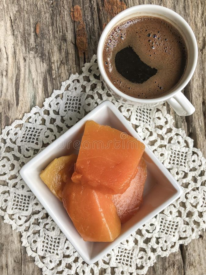 Dyniowy deser i kawa na drewnianym stole fotografia royalty free