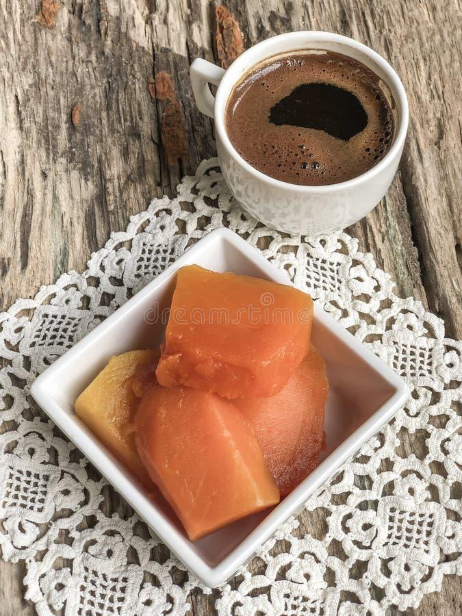 Dyniowy deser i kawa na drewnianym stole fotografia stock