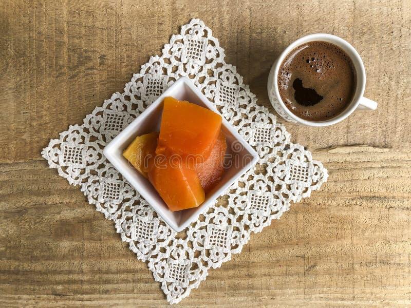 Dyniowy deser i kawa na drewnianym stole zdjęcia stock