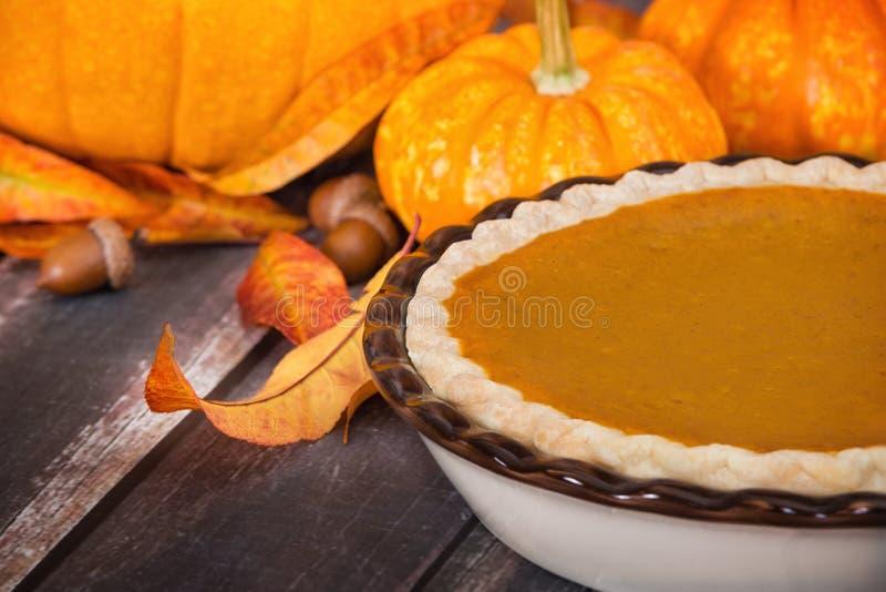 Dyniowy kulebiak z baniami i jesieni dekoracjami zdjęcie stock