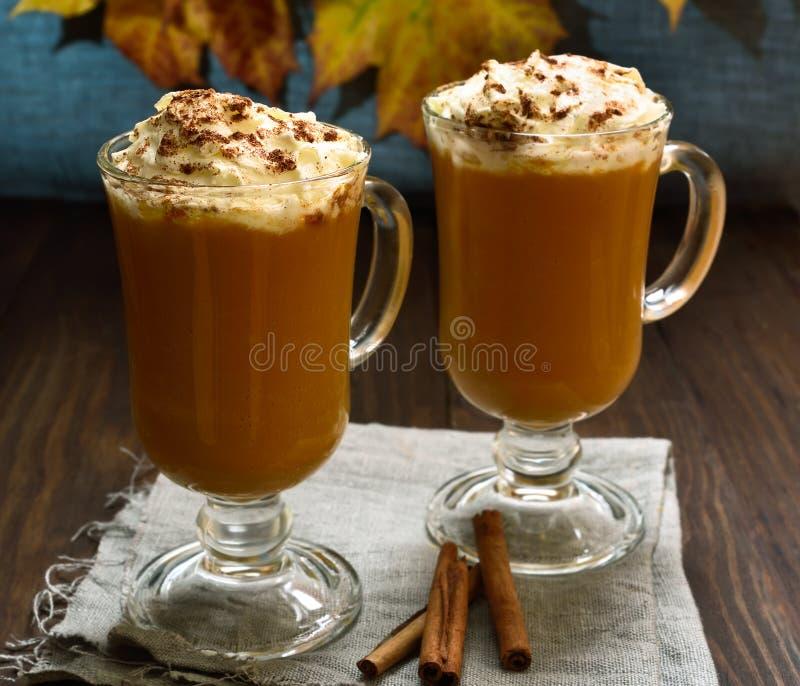 Dyniowy latte z batożącym cynamonem i śmietanką zdjęcia royalty free
