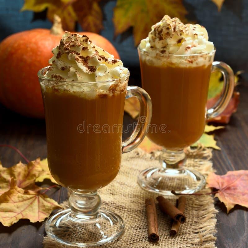 Dyniowy latte z batożącym cynamonem i śmietanką obrazy royalty free