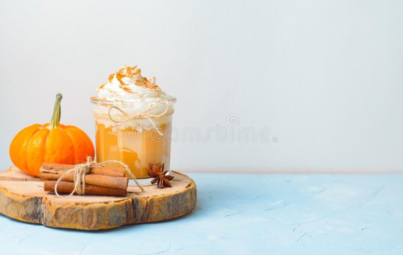 Dyniowy pikantności Latte, kawa, Milkshake lub Smoothie z, Batożącym cynamonem i śmietanką obrazy stock