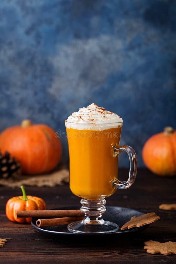 Dyniowy pikantności latte, smoothie, Pijacki koktajl zdjęcie stock