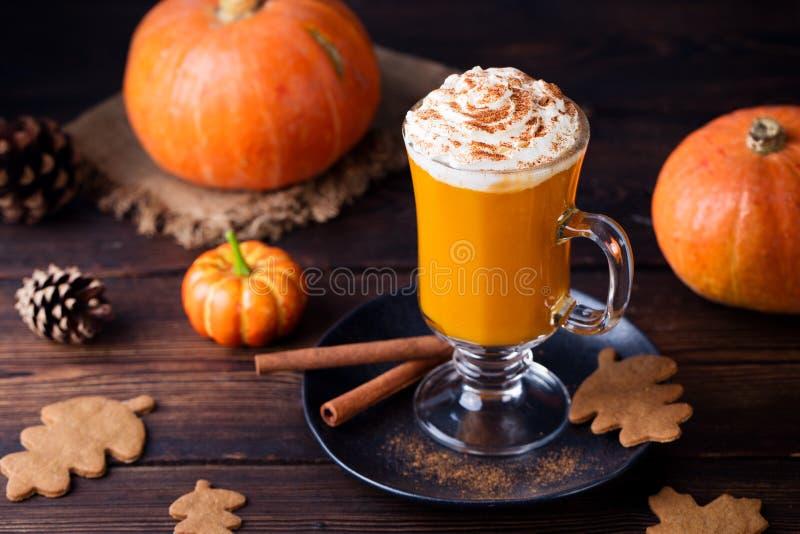 Dyniowy smoothie, pikantności latte Pijacki koktajl fotografia royalty free