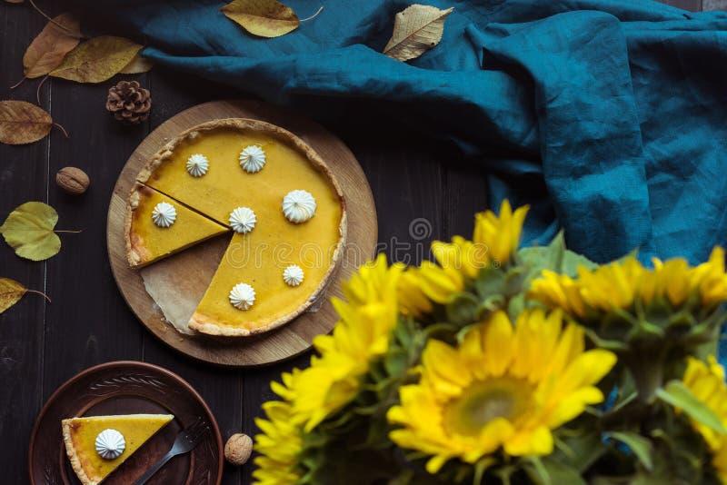 dyniowy tarta i dekoracyjni słoneczniki fotografia royalty free