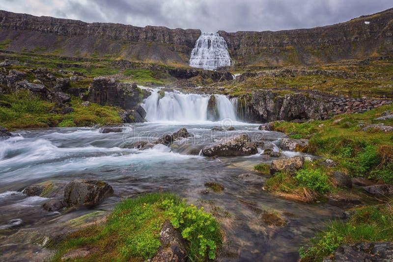 Dynjandi foss applåderar vattenfallet med den mossiga kanjonen som bedövar panoramautsikt, landskapet av westfjords, Island royaltyfria bilder