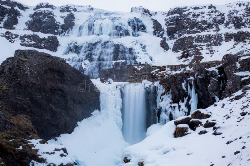 Dynjandi vattenfall med dimmaeffekt i Island fotografering för bildbyråer