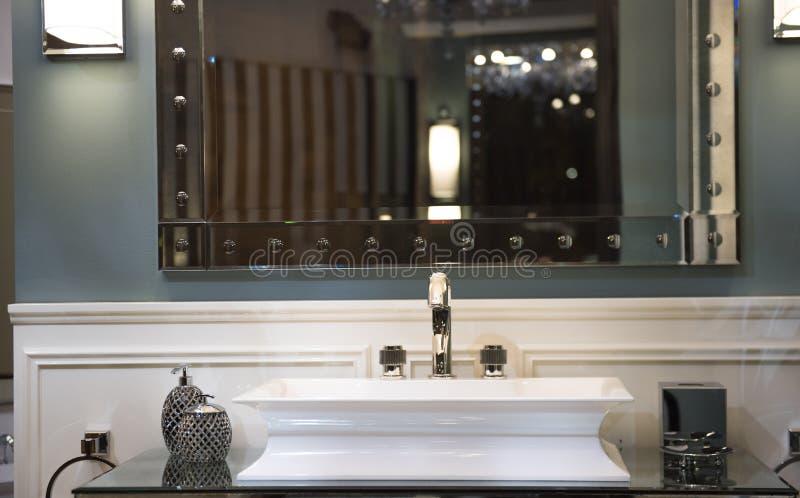 Dyr badrumvask och spegelförsett kabinett royaltyfria foton