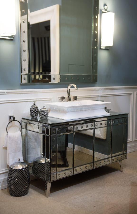 Dyr badrumvask och spegelförsett kabinett arkivbilder