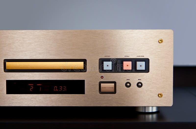Dyr CD-spelare som spelar musik med den guld- framdelen - panel arkivbild