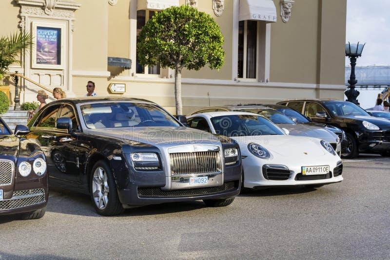 Dyra bilar på gatan royaltyfria foton