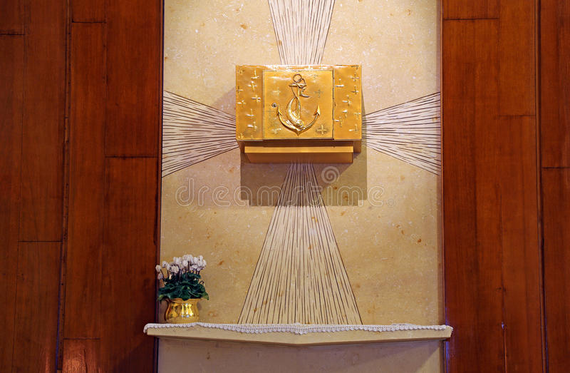 Dyrbar forntida guld- tabernakel med kristna symboler royaltyfri bild