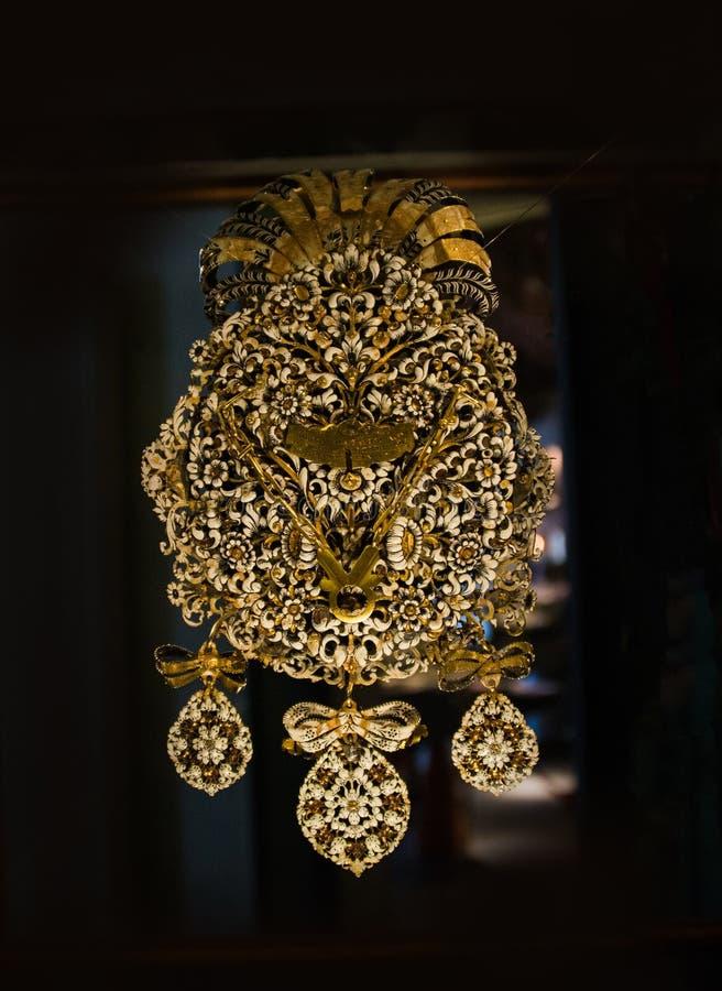 Dyrbar guld- garnering från borgiaseran royaltyfri bild