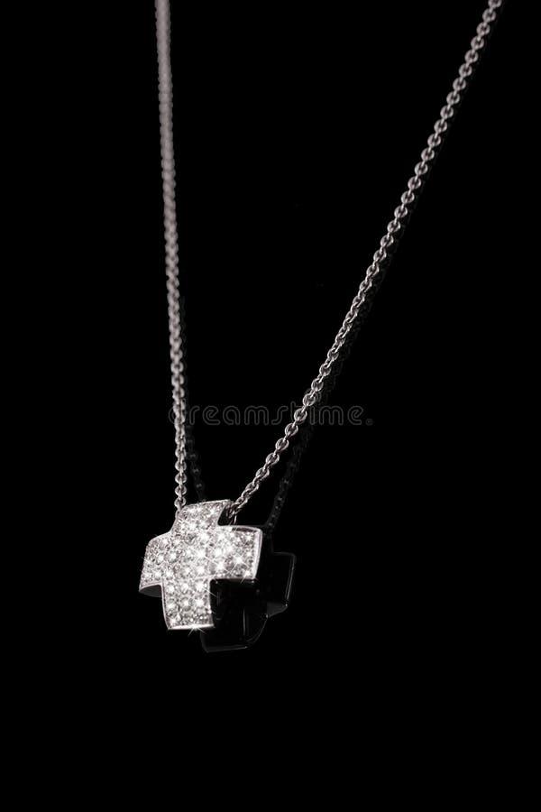 Dyrbar platinakedja med arga diamanter på svart bakgrund arkivfoto
