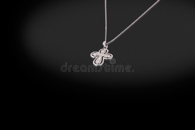 Dyrbar silverkedja med arga diamanter på en svart bakgrund arkivfoto