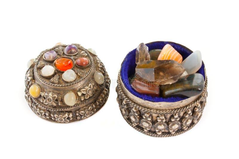 dyrbara halva silverstenar för casket arkivbilder