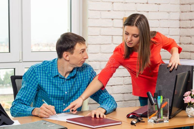 Dyrektor potrzebuje klarowanie od dokument zawartości specjalisty obraz stock