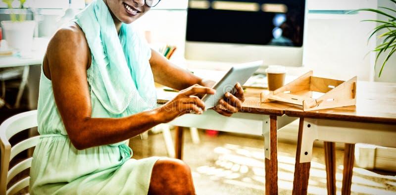 Dyrektor wykonawczy używa cyfrową pastylkę zdjęcie royalty free