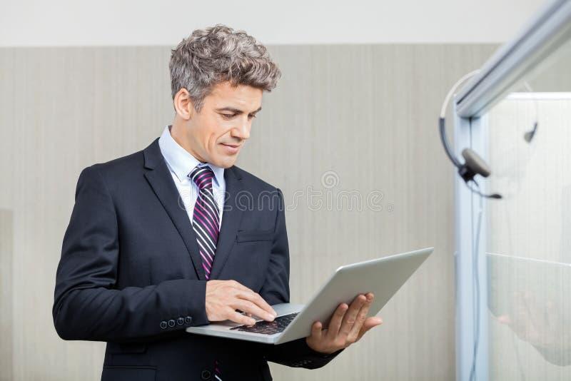 Dyrektor Wykonawczy Używa laptop obrazy royalty free