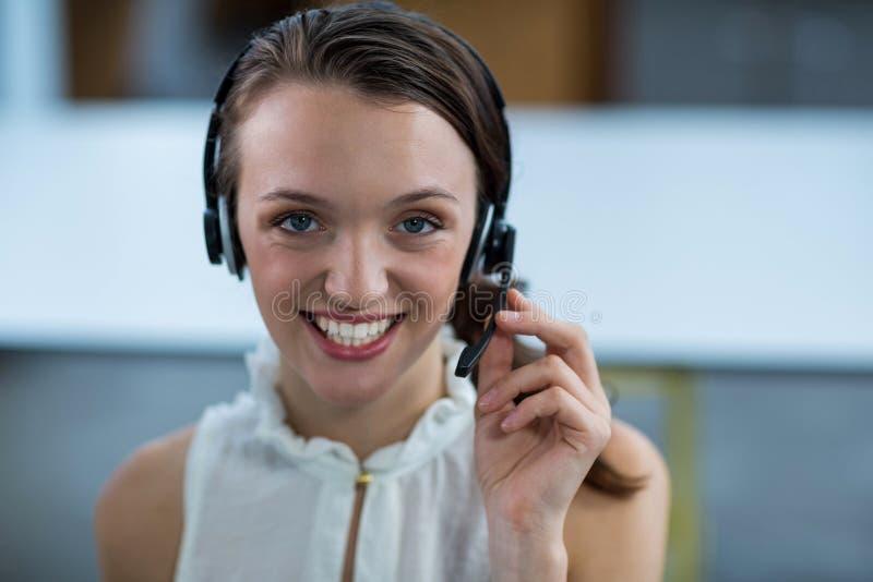 Dyrektor wykonawczy z słuchawkami w biurze zdjęcia royalty free