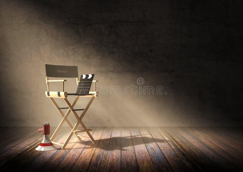 Dyrektora ` s krzesło z clapper deską i megafon w ciemnego pokoju scenie z światłem reflektorów zaświecamy fotografia royalty free