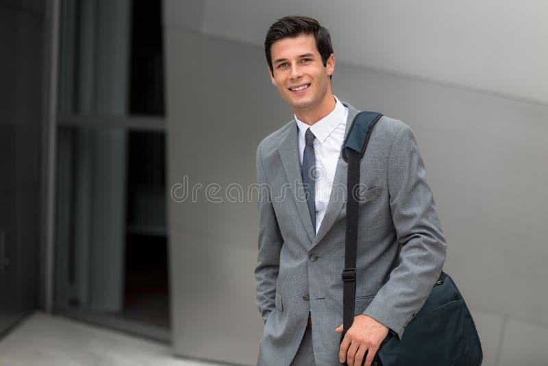 Dyrektora wykonawczego pracującego mężczyzna młody dorosły pomyślny ono uśmiecha się korporacyjny przystojny portret obraz stock