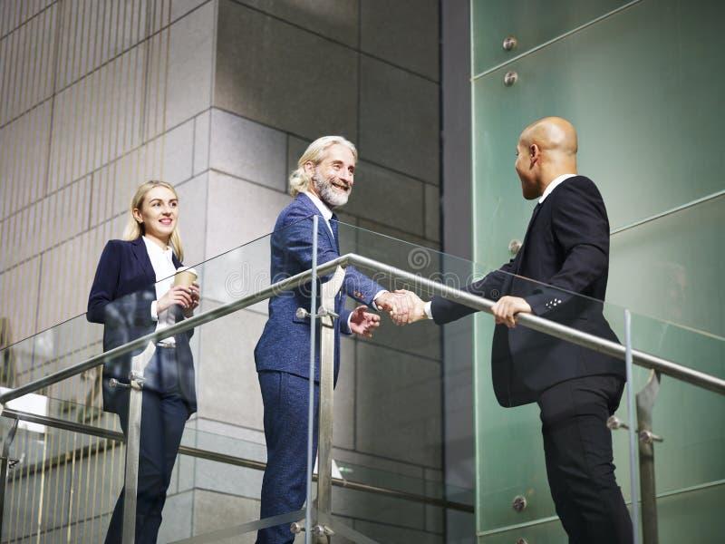 Dyrektory trząść ręki w nowożytnym budynku biurowym obrazy royalty free