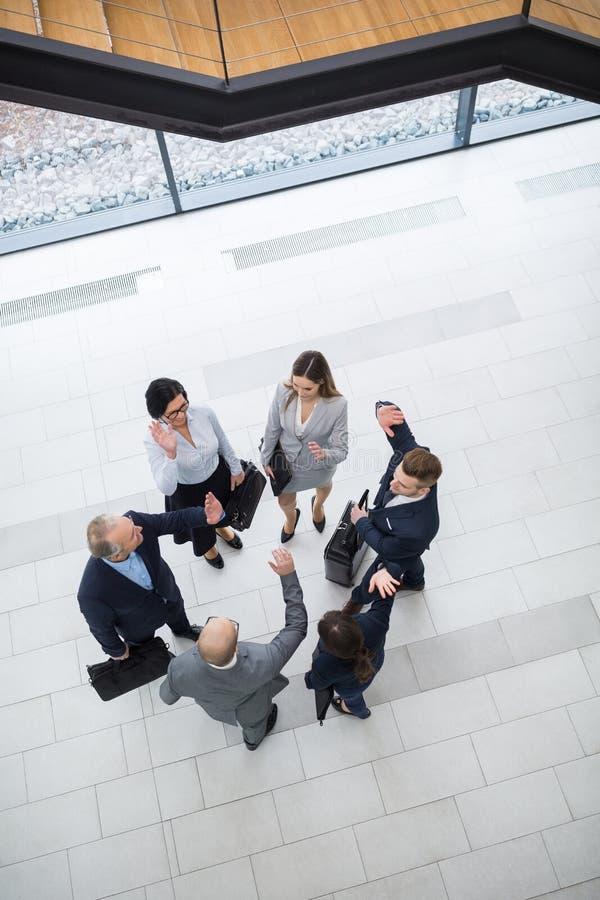 Dyrektory Wykonawczy Daje wysokości Pięć W biuro lobby obraz royalty free