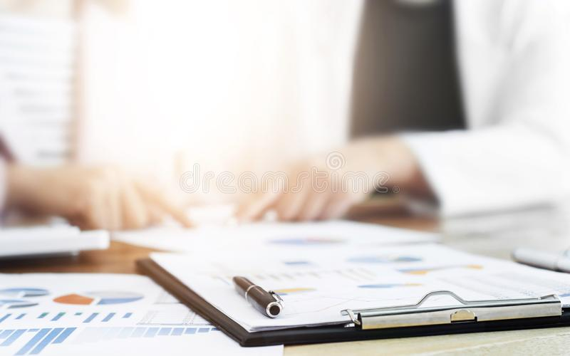 Dyrektory wykonawczy dyskutuje na dane z dokumentami, selekcyjna ostrość zdjęcia royalty free