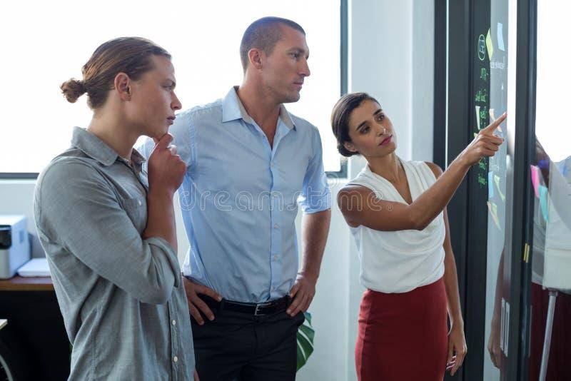 Dyrektory wykonawczy dyskutuje nad kleistymi notatkami zdjęcie royalty free