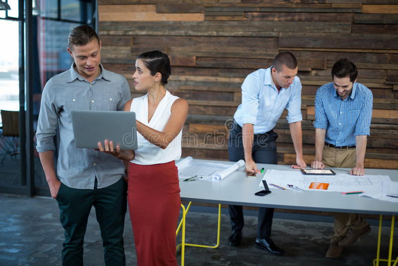 Dyrektory wykonawczy dyskutuje nad laptopem zdjęcia stock