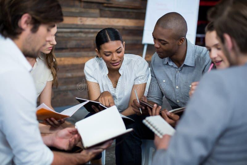Dyrektory wykonawczy dyskutuje podczas spotkania zdjęcia stock