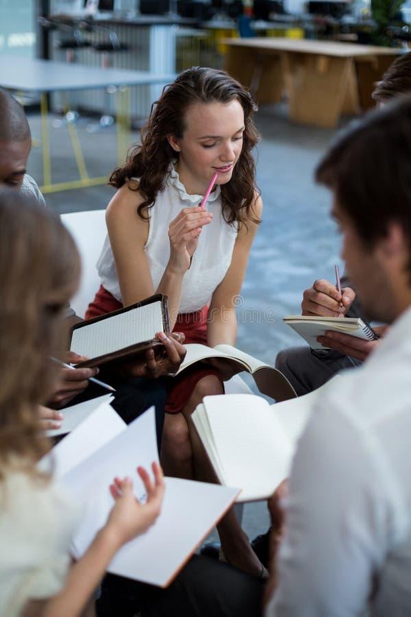 Dyrektory wykonawczy dyskutuje podczas spotkania obrazy royalty free