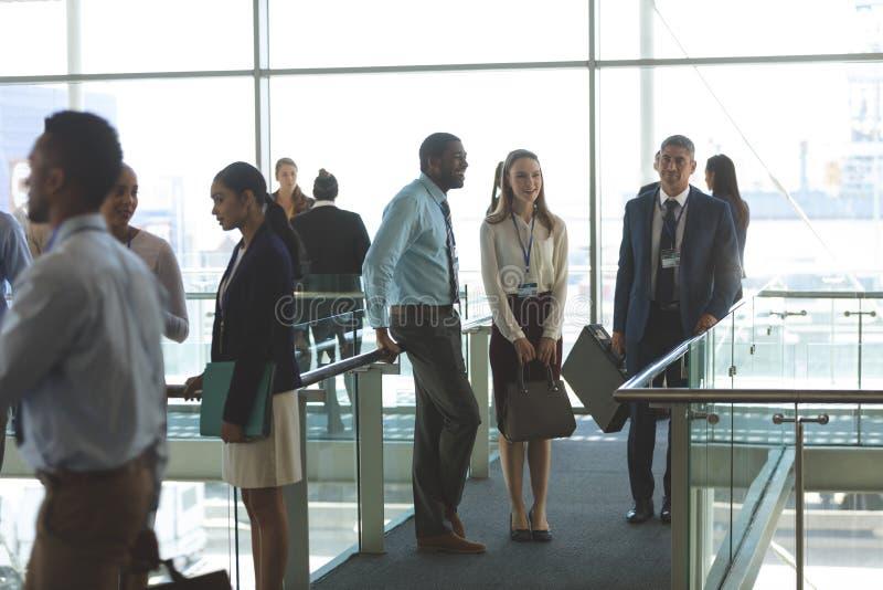 Dyrektory wykonawczy oddziała wzajemnie z each inny w biurze obrazy royalty free