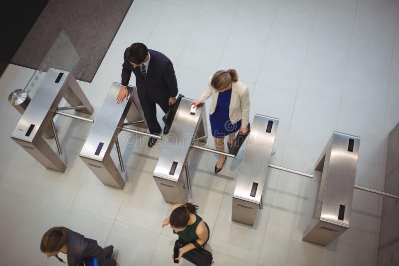 Dyrektory wykonawczy przechodzi przez kołowrót bramy zdjęcie royalty free