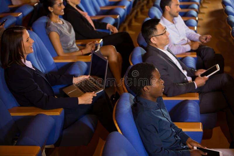 Dyrektory wykonawczy słucha mowa zdjęcia royalty free