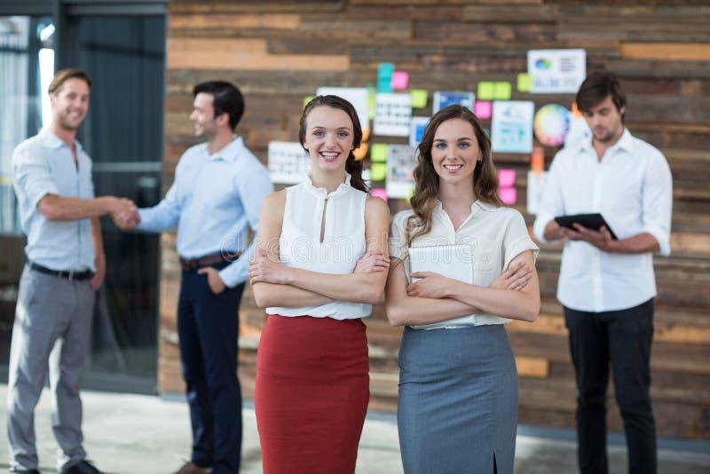 Dyrektory wykonawczy stoi z rękami krzyżować w biurze zdjęcia stock