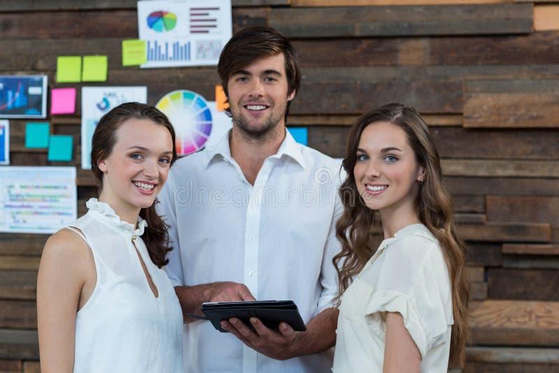 Dyrektory wykonawczy używa cyfrową pastylkę w biurze zdjęcia royalty free