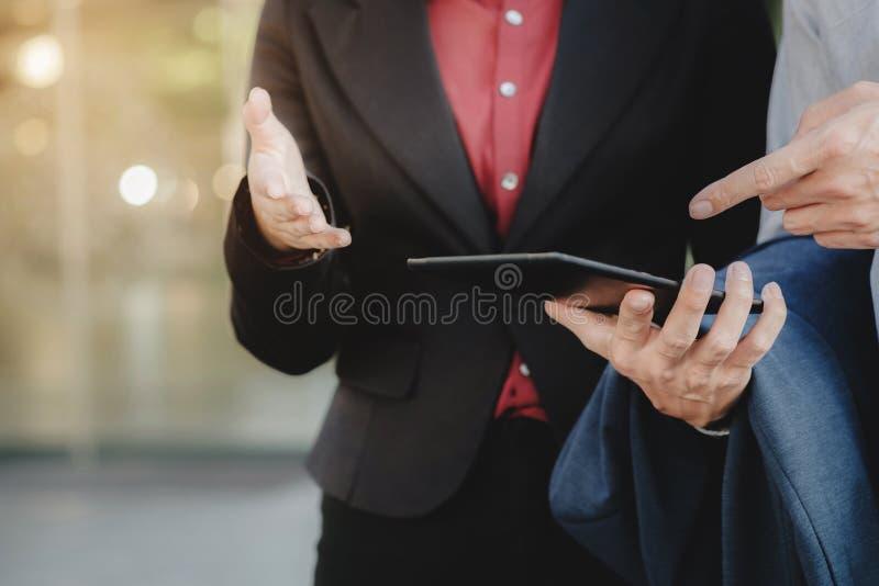 Dyrektory wykonawczy Używa Cyfrowej pastylkę Na zewnątrz biura zdjęcie stock