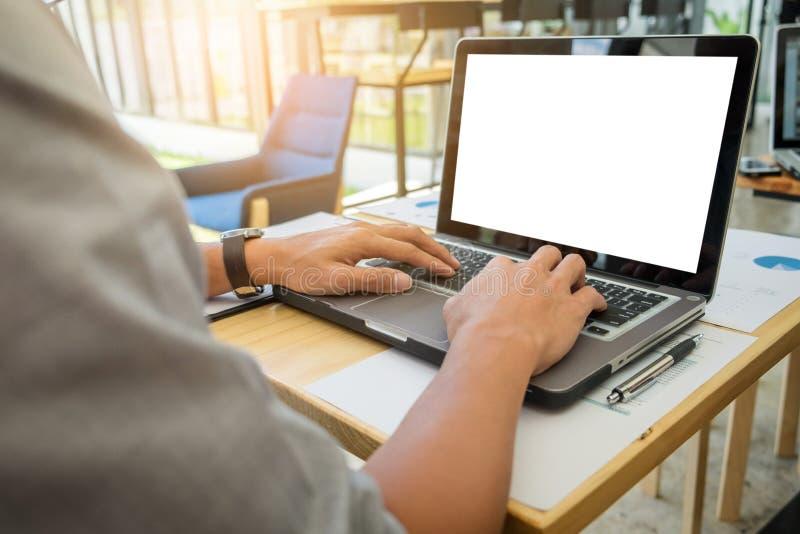 Dyrektory wykonawczy wręczają używać komputerowego labtop i set nowy valu fotografia stock